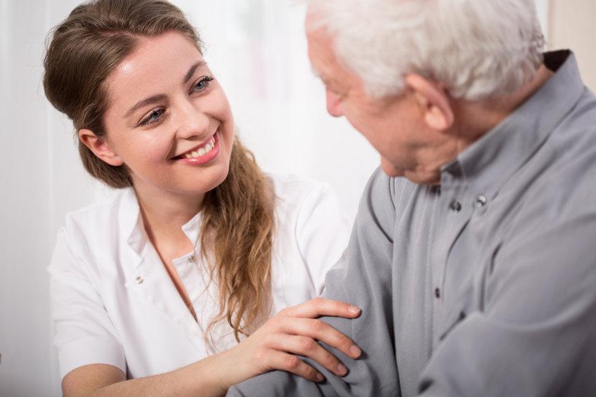 Pflegedienst Qualitas - Pflegekraft spricht mit Patient